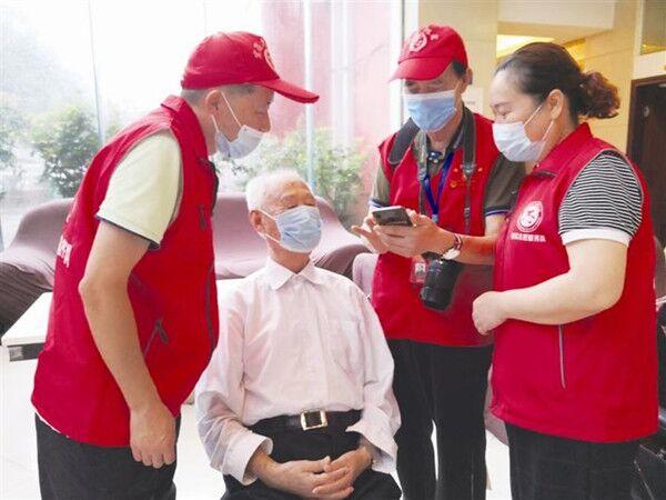 """21名志愿者上门为老人""""解闷"""""""