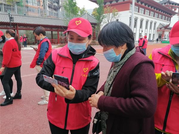 长阳财政局:小红帽活跃在社区的大街小巷