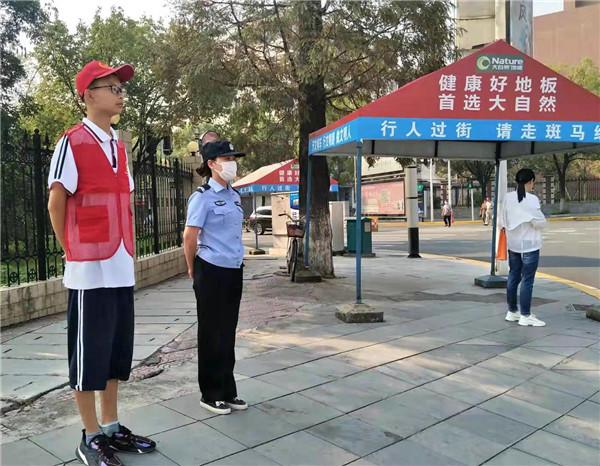 夷陵中学生小长假在家乡远安开展文明劝导