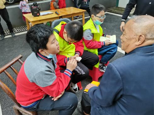 伍家岗区实验小学开展敬老志愿服务活动